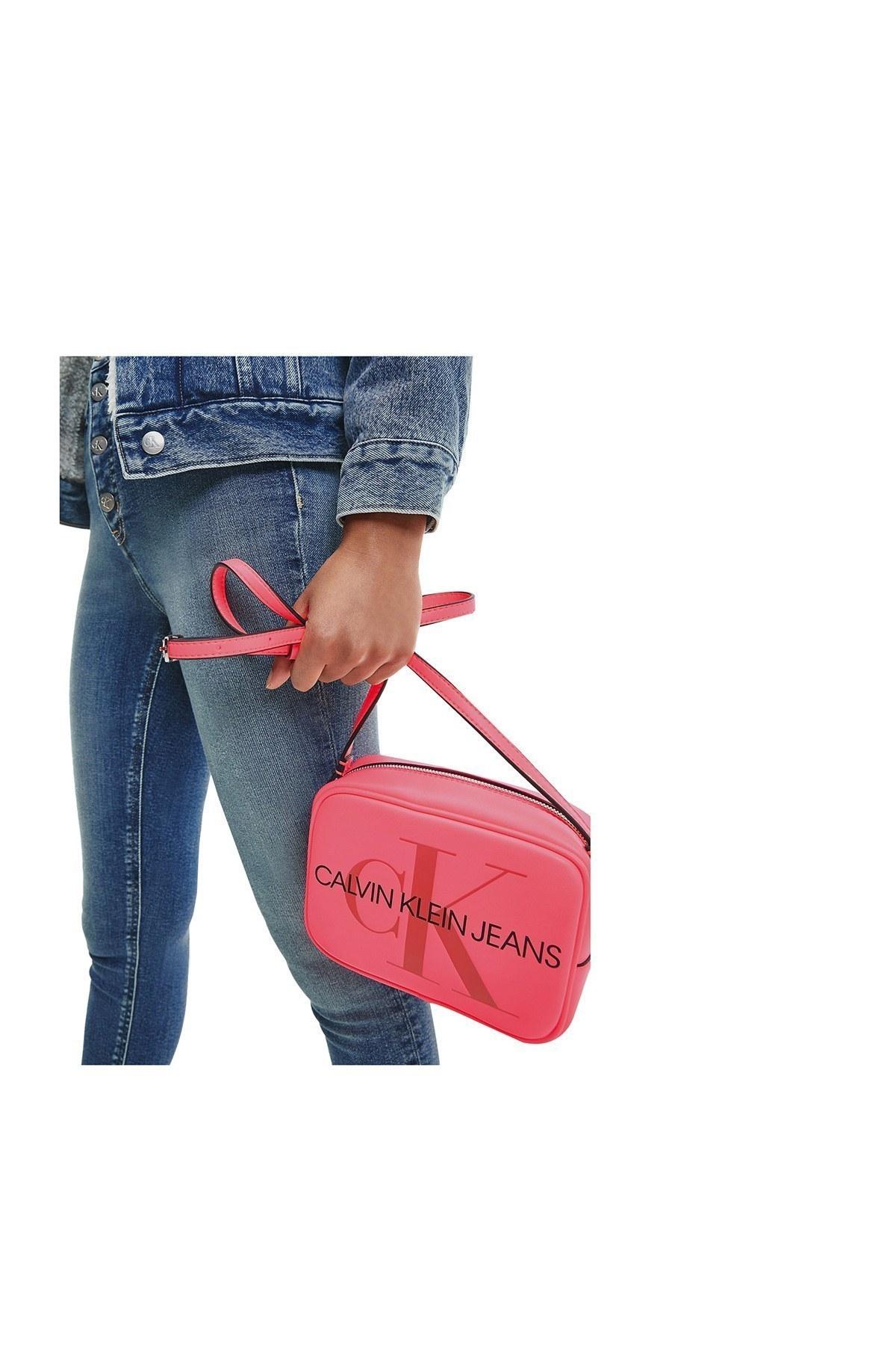 Calvin Klein Logo Baskılı Ayarlanabilir Askılı Kadın Çanta K60K607202 TGM PEMBE